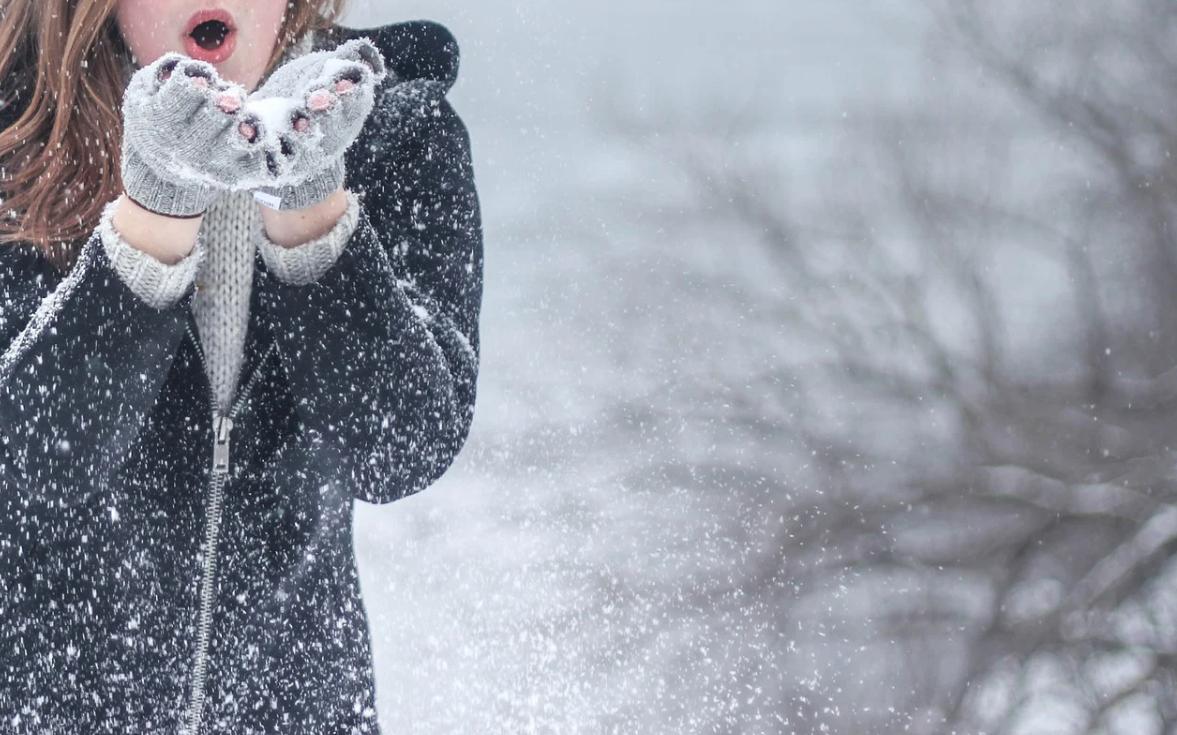dívka a sníh