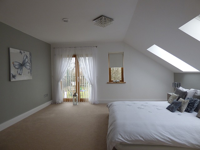 ložnice, velké okno, závěsy