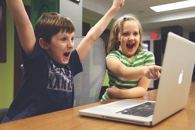 Děti hrající na počítači