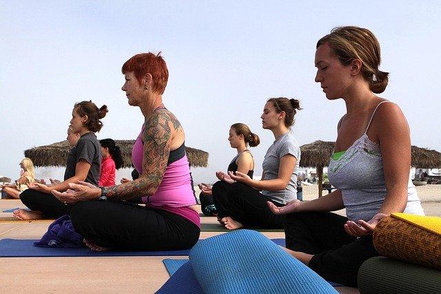 Ženy cvičící jógu